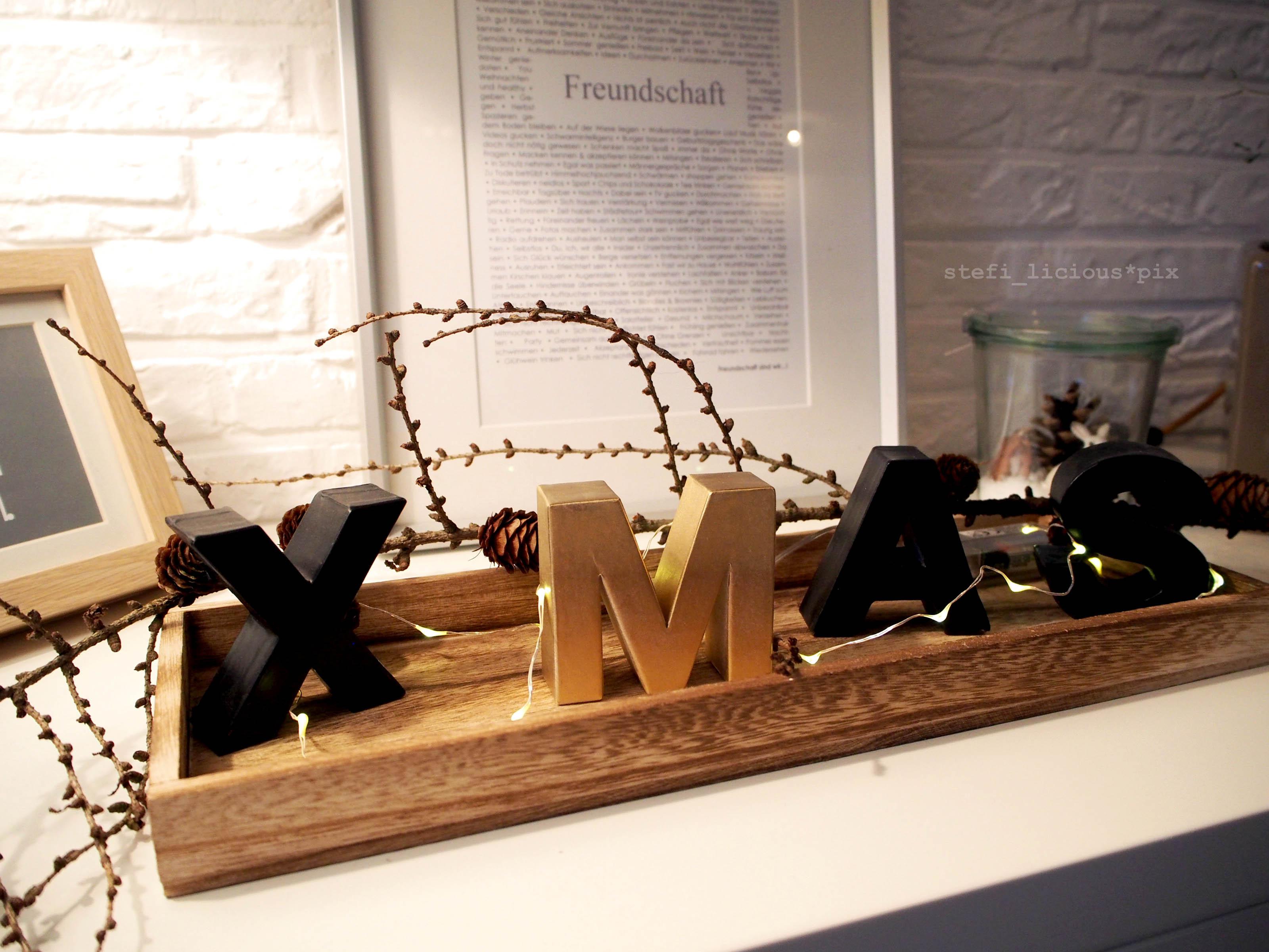 weihnachtsdeko mit xmas-buchstaben