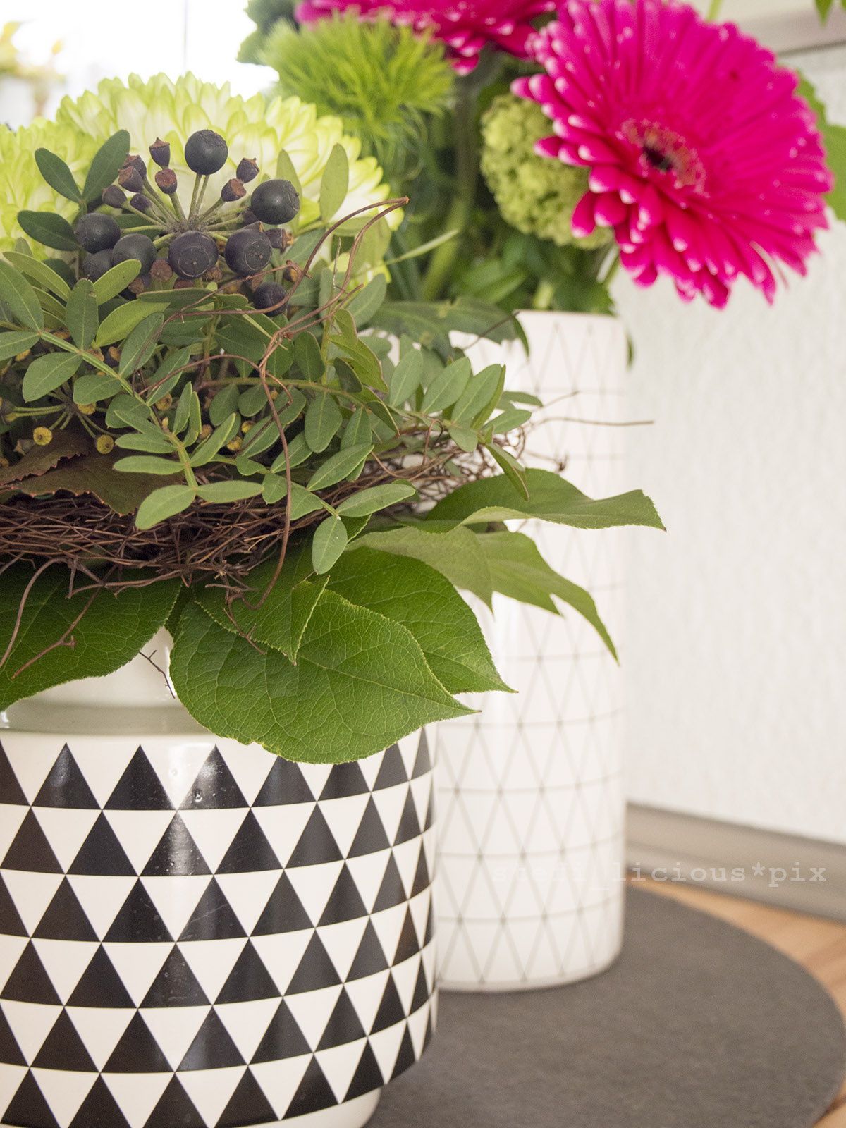 pinke gerbera und dahlien in vasen